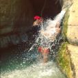 """""""Tomer Sisley et la jolie Sandra Zeitoun, amoureux sous une chute d'eau, le 12 août 2017 en Israël."""""""