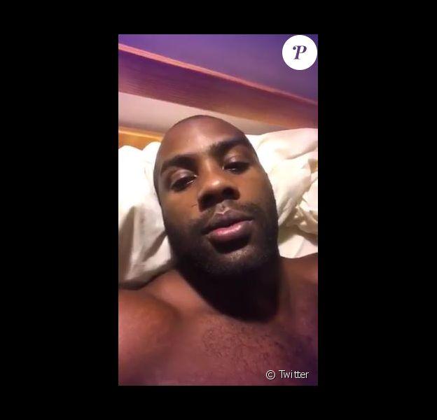 Teddy Riner se filme dans sa chambre après une mésaventure avec son lit. Le 16 août 2017