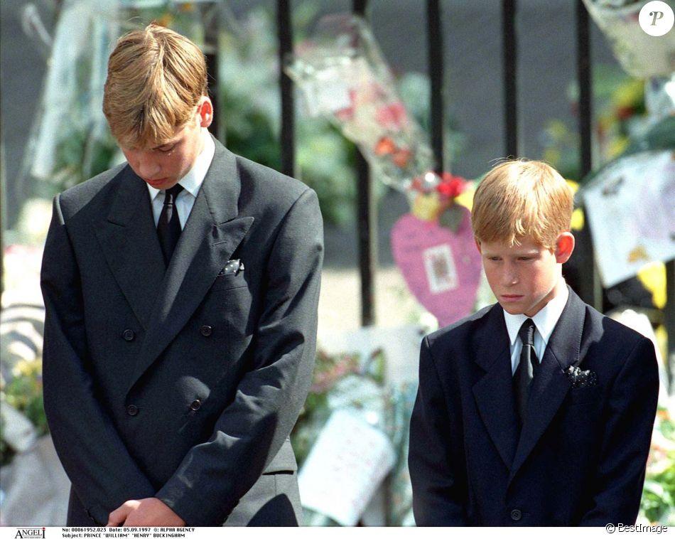 Le prince William et le prince Harry lors des funérailles publiques de Lady Diana le 6 septembre 1997 à Londres, un souvenir traumatisant.