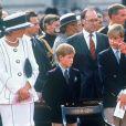 Les princes William et Harry avec leurs parents le prince Charles et la princesse Diana en juin 1995 lors de commémorations de la Seconde Guerre mondiale.