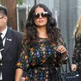 Salma Hayek arrive très souriante à l'émission de Jimmy Kimmel à Hollywood, le 17 août 2017