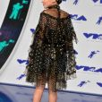 Millie Bobby Brown, habillée d'une robe Rodarte (collection printemps-été 2017) et de bottes Stuart Weitzman - MTV Video Music Awards 2017 au Forum à Inglewood, le 27 août 2017.