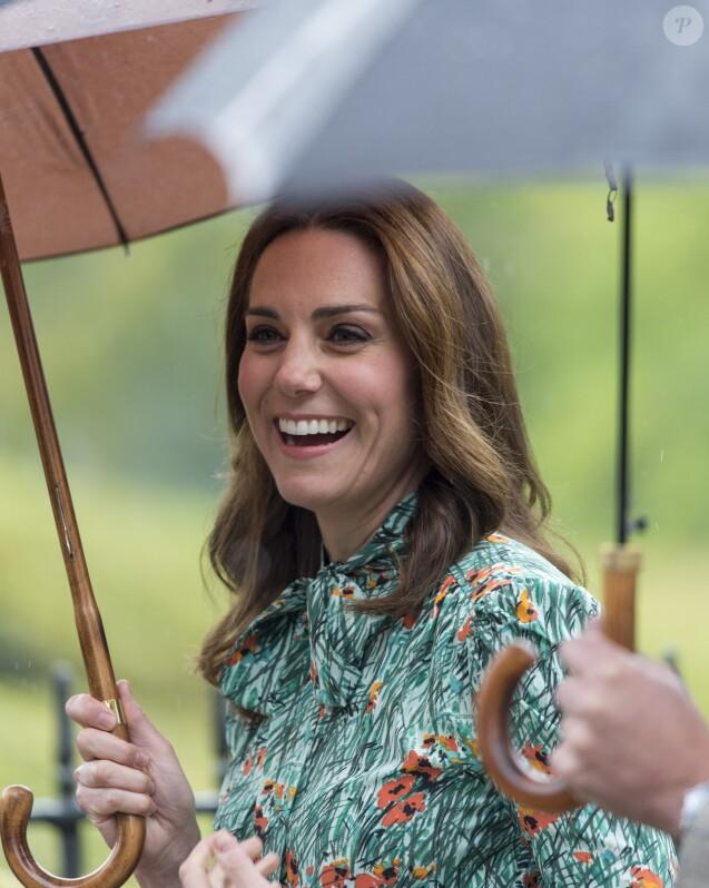 Kate Middleton, duchesse de Cambridge, lors de la visite du Sunken Garden dédié à la mémoire de Lady Diana à Londres le 30 août 2017. Le 4 septembre 2017, le palais de Kensington a annoncé qu'elle est enceinte de son troisième enfant avec le prince William.