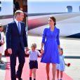 Le prince William et la duchesse Catherine de Cambridge avec leurs enfants le prince George de Cambridge et la princesse Charlotte de Cambridge lors de leur arrivée à l'aéroport de Berlin-Tegel à Berlin, le 19 juillet 2017.