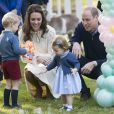 Le prince William et la duchesse Catherine de Cambridge avec leurs enfants le prince George de Cambridge et la princesse Charlotte de Cambridge le 29 septembre 2016 au Canada, lors d'une fête organisée pour les enfants dans les jardins de la Maison du Gouvernement à Victoria.