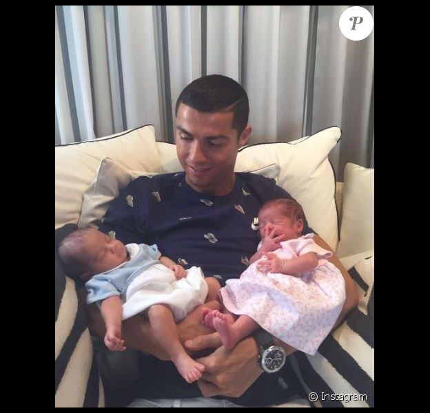 Cristiano Ronaldo pose pour la toute première fois avec ses jumeaux maeto et Eva. Photo postée sur Instagram le 29 juin 2017.
