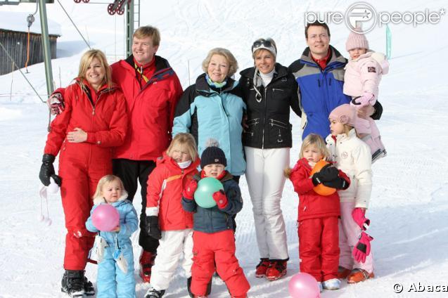 Toute la famille royale néerlandaise s'éclate aux sports d'hiver, à Lech, en Autriche ! De gauche à droite, Maxima, Willem-Alexander, la reine Beatrix, Laurentien, Constantijn et les enfants Ariane, Claus-Casimir, Amalia, Alexia, Eloïse et Leonor !<b
