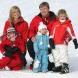 Toute la famille royale néerlandaise s'éclate aux sports d'hiver, à Lech, en Autriche ! Maxima et Willem-Alexander des Pays-BAs, avec leurs trois filles.