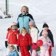 Toute la famille royale néerlandaise s'éclate aux sports d'hiver, à Lech, en Autriche ! La reine Beatrix pose avec ses petits-enfants. Le jeune comte Claus-Casimir doit se sentir bien seul au milieu de tant de filles !