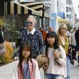 Johnny Hallyday sort déjeuner en famille, avec sa femme Laeticia et leurs filles Jade et Joy, au Water Grill de Santa Monica le 18 mars 2017.