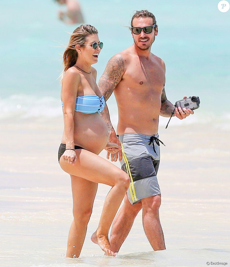 Exclusif - Audrina Patridge (enceinte) avec son compagnon Corey Bohan se relaxent sur une plage de Hawaï le 14 Avril 2016.