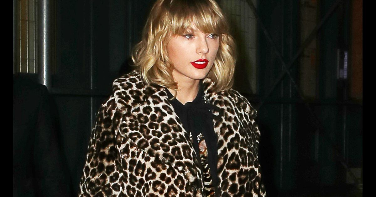 taylor swift porte un manteau imprim l opard dans le quartier de lower manhattan new york le. Black Bedroom Furniture Sets. Home Design Ideas