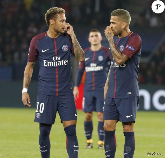 Neymar Jr et Dani Alves lors du match Paris Saint-Germain (PSG) - FC Bayern Munich au Parc des Princes. Paris, le 27 septembre 2017.