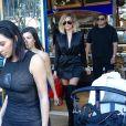 Kim, Kourtney et Khloé Kardashian quittent un restaurant après le déjeuner à Los Angeles le 20 avril 2017.