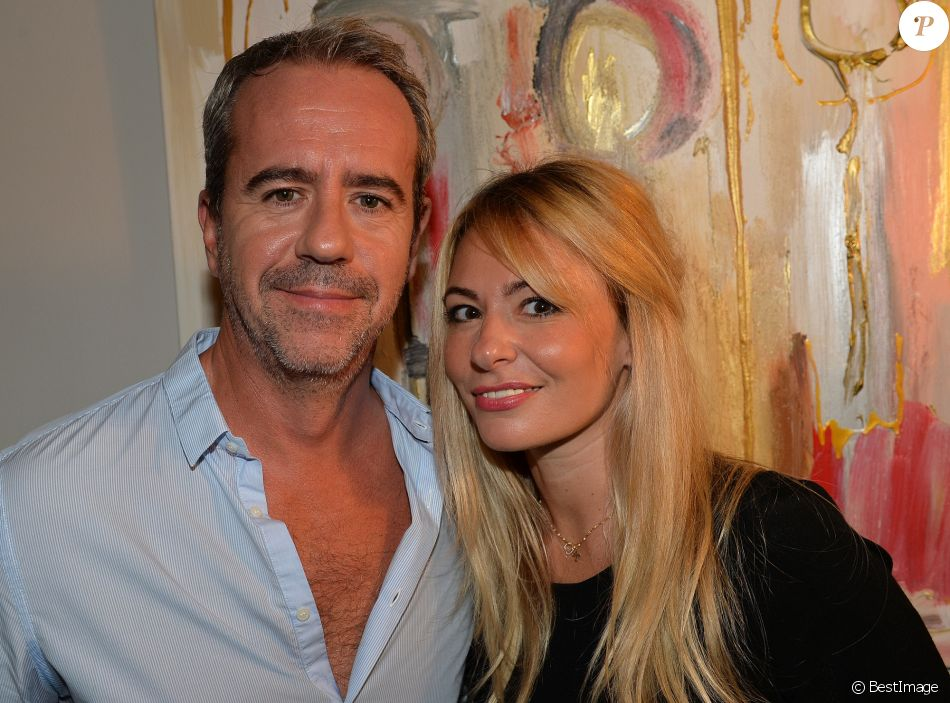 "Exclusif - Bruno Roblès et sa compagne Anne-Christelle - Vernissage de l'exposition de Caroline Faindt "" Love etc"" à Paris le 17 octobre 2017. © Veeren/Bestimage"