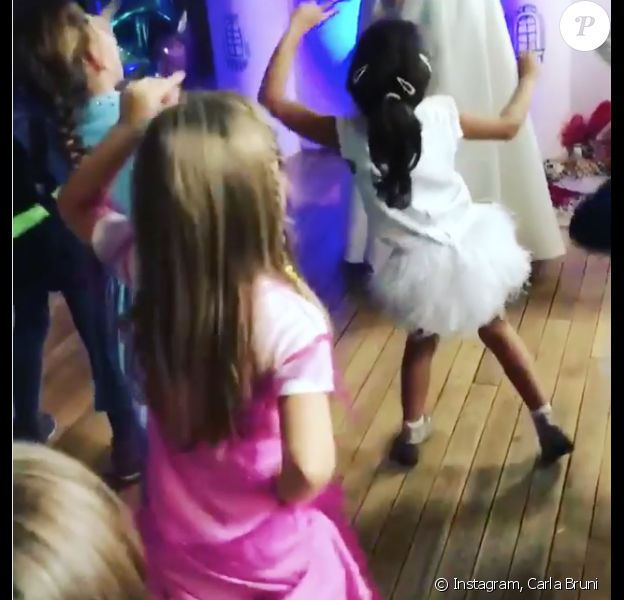 "Giulia Sarkozy danse sur ""Happy"" de Pharrell Williams lors de son goûter d'anniversaire. La fille de Carla Bruni-Sarkozy et Nicolas a 6 ans ce 19 octobre 2017."