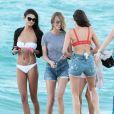 Les mannequins Shanina Shaik, Caroline Lowe, Olivia Culpo et Daniela Braga en tournage sur la plage de Miami, le 19 octobre 2017.
