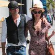 John Stamos se balade en amoureux avec sa compagne Caitlin McHugh dans les rues de Beverly Hills, le 28 avril 2017