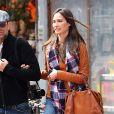 Exclusif - John Stamos et sa compagne Caitlin McHugh font une balade romantique dans le quartier de Soho à New York, le 30 mars 2017