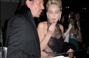 Sharon Stone : Elle continue à exhiber sa jolie poitrine à peine voilée... en dégustant du chocolat !