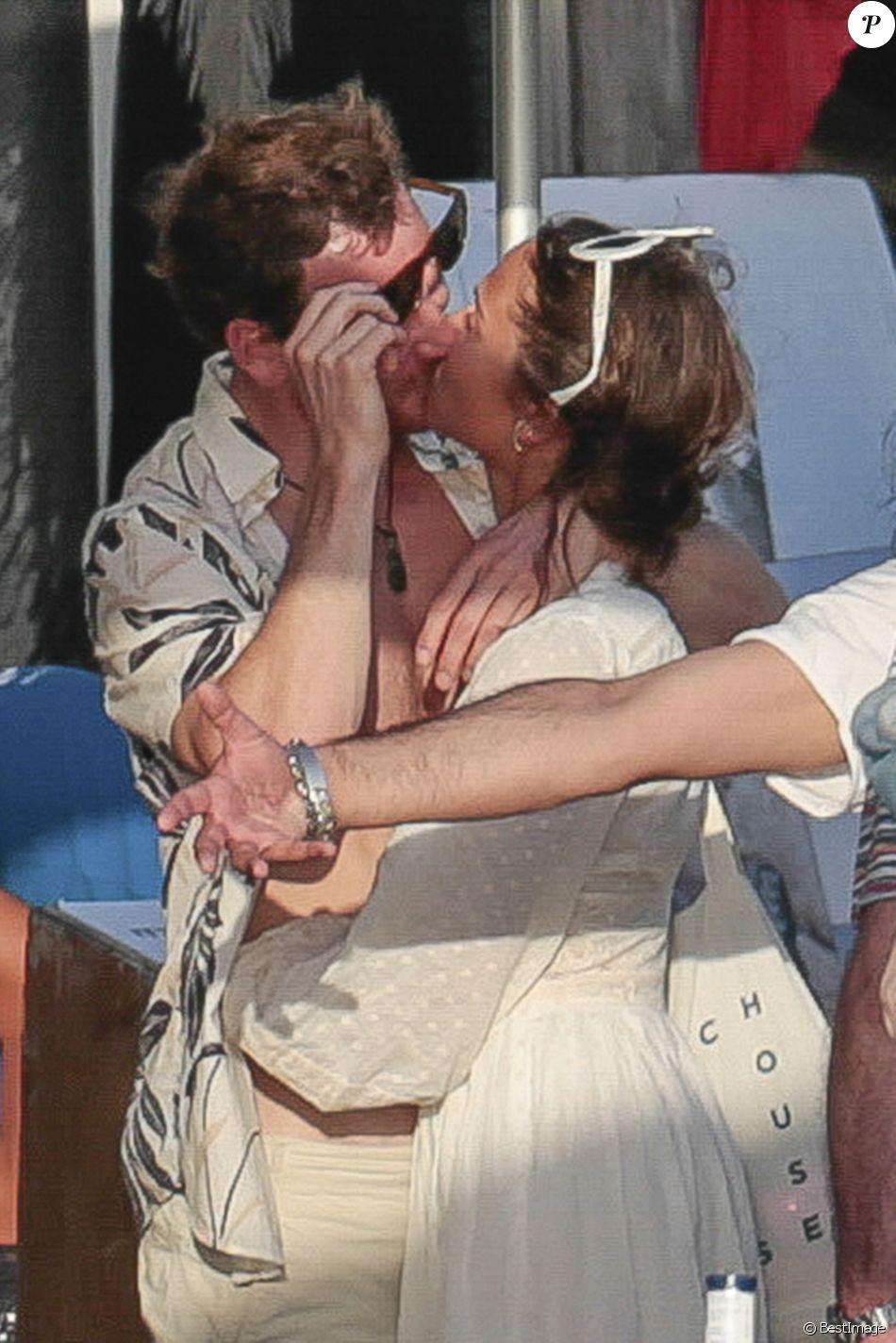 Exclusif - Alicia Vikander embrasse son compagnon Michael Fassbender lors de la fête de leur pré-mariage avec la famille et les amis à Ibiza à Ibiza, espagne, le 13 octobre 2017.