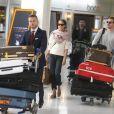 Exclusif - En route ver le mariage. Alicia Vikander et son compagnon Michael Fassbender se retrouvent à l'aéroport de Paris-Charles-de-Gaulle pour prendre à vol à destination d'Ibiza où leur mariage est annoncé à Roissy-en-France le 10 octobre 2017.