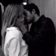 Caroline Receveur et Hugo Philip échangent des baisers en plein rue lors d'un tournage. Ocotbre 2017.