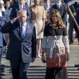 Le président américain Donald Trump et sa femme Melania arrivent sur la base US Yokota de Tokyo au Japon le 5 novembre 2017.
