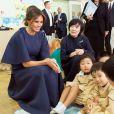 La première dame des Etats-Unis, Melania Trump et la femme du Premier ministre japonais Akie Abe visitent une école de calligraphie à Tokyo, Japon, le 6 novembre 2017.