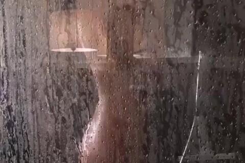 Heidi Klum entièrement nue sous la douche, sa vidéo très sexy...