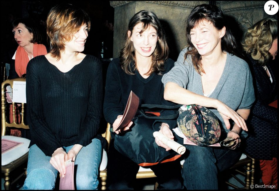 Charlotte Gainsbourg, Kate Barry et Jane Birkin au défilé de John Galliano à Paris en mars 1997