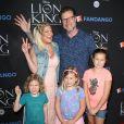 Tori Spelling, son mari Dean McDermott avec leurs enfants Finn Davey, Hattie Margaret, et Stella Doreen à Los Angeles, le 5 août 2017.