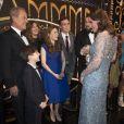 """Le couple royal rencontre les artistes après le Spectacle - Le prince William, duc de Cambridge, et Kate Catherine Middleton (enceinte), duchesse de Cambridge assistent au spectacle """"Royal Variety Performance"""" au théâtre Palladium de Londres le 24 novembre 2017 ."""