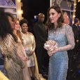 """Le couple royal rencontre les artistes après le Spectacle - Le prince William, duc de Cambridge, et Kate Catherine Middleton (enceinte), duchesse de Cambridge assistent au spectacle """"Royal Variety Performance"""" au théâtre Palladium de Londres le 24 novembre 2017."""