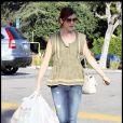 Kate Walsh, au top dans son jean troué et ses ballerines hier à Los Angeles