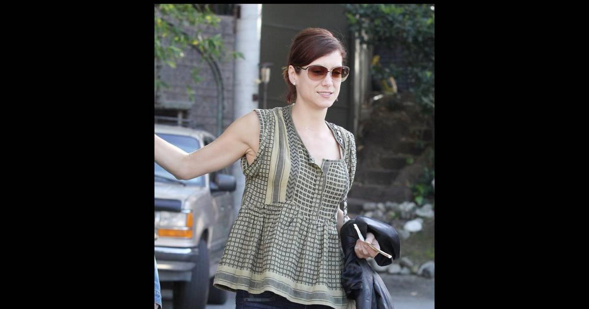 kate walsh troque sa blouse blanche pour un jean trou purepeople. Black Bedroom Furniture Sets. Home Design Ideas