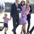 Le prince George et la princesse Charlotte de Cambridge avec leurs parents le prince William et la duchesse Catherine à l'aéroport de Hambourg, le 21 juillet 2017, à la fin de leur visite officielle en Allemagne.