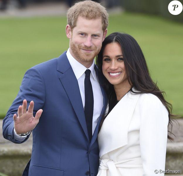 Le Prince Harry et Meghan Markle posent à Kensington palace après l'annonce de leur mariage au printemps 2018 à Londres le 27 novembre 2017.