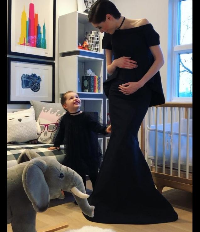 Coco Rocha enceinte et sa fille Ioni James annonçant sa grossesse sur Instagram le 4 décembre 2017