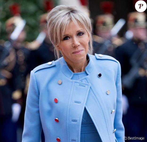 Brigitte Macron (Trogneux) (robe bleue lavande, qui lui est prêtée par Louis Vuitton, conçue par N. Ghesquière) - Passation de pouvoir entre Emmanuel Macron et François Hollande au Palais de l'Elysée à Paris le 14 mai 2017. © Cyril Moreau / Bestimage