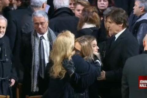 Obsèques de Johnny Hallyday : Laura Smet tombe dans les bras de Sylvie Vartan