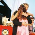 """""""Zazie reçoit une Victoire de la musique des mains de Johnny Hallyday à Paris, le 20 février 1998."""""""