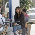 """Exclusif - Halle Berry et Alex Da Kid déjeunent au restaurant """"La Conversation"""" à Los Angeles, le 11 octobre 2017."""