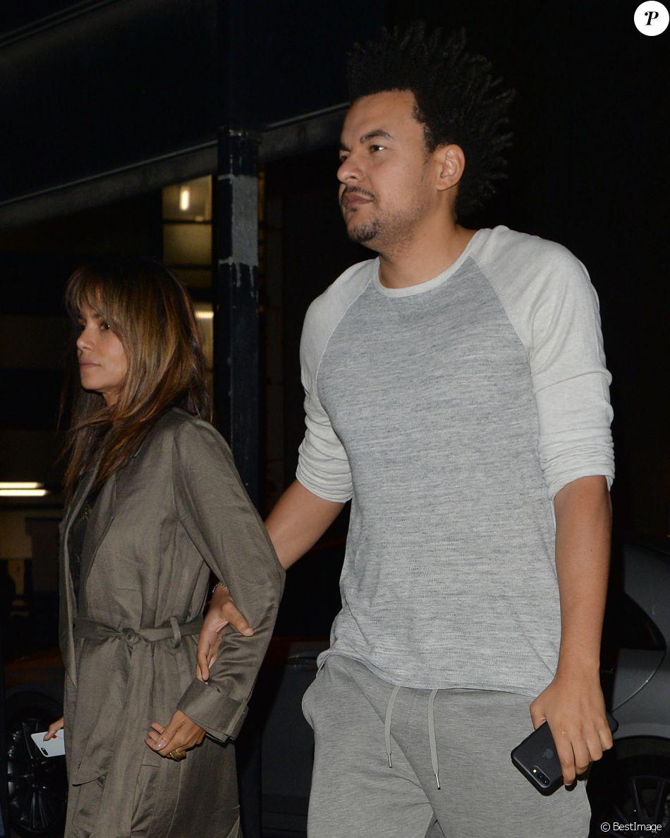 Exclusif - Halle Berry et Alex Da Kid (Alexander Grant) (producteur de musique) quittent un restaurant à Londres ou ils ont dîné en amoureux le 19 septembre 2017.