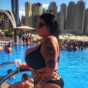 Sarah Fraisou en bikini à Dubaï : Son maxi-décolleté fait encore sensation !