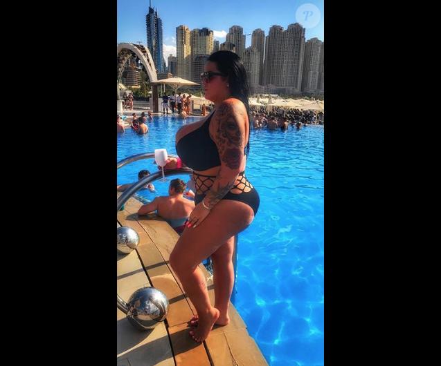 Sarah Fraisou en bikini à Dubaï, le 16 décembre 2017.