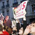 Les militants du PS devant le siège rue de Solférino après la défaite de Ségolène Royal au second tour de la présidentielle en mai 2007