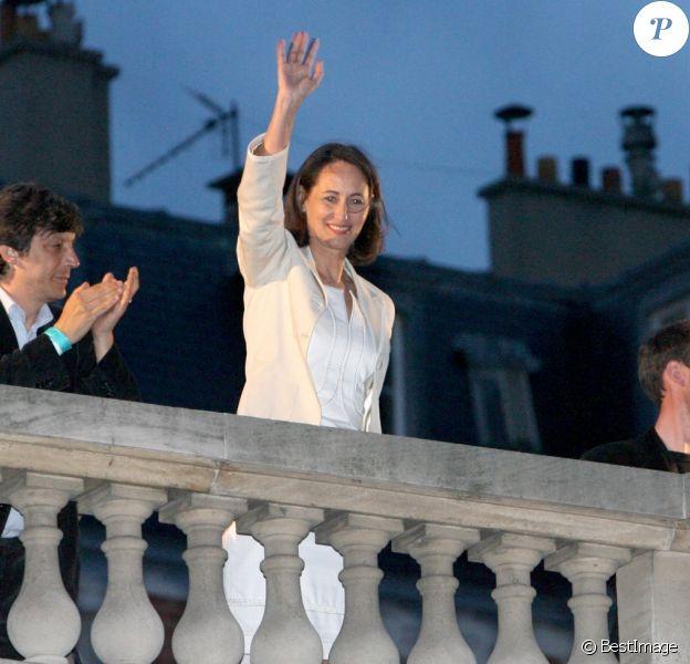 Ségolène Royal salue la foule devant le siège du Parti Socialiste rue de Solférino, au second tour de la présidentielle en mai 2007