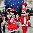 Mickey et Minnie ont accueilli les enfants. Le prince Albert II et la princesse Charlene de Monaco, avec la complicité de Louis Ducruet et Camille Gottlieb (enfants de la princesse Stéphanie), ont participé à la fête de Noël organisée au palais princier pour quelque 500 jeunes Monégasques de 5 à 12 ans. Danse de la Palladienne dans la cour d'honneur, en présence de Mickey et Minnie, spectacle et goûter dans la salle du Trône puis distribution de cadeaux étaient au programme. © Bruno Bebert / Bestimage