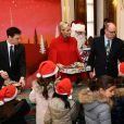 Le prince Albert II et la princesse Charlene de Monaco, avec la complicité de Louis Ducruet et Camille Gottlieb (enfants de la princesse Stéphanie), ont participé à la fête de Noël organisée au palais princier pour quelque 500 jeunes Monégasques de 5 à 12 ans. Danse de la Palladienne dans la cour d'honneur, en présence de Mickey et Minnie, spectacle et goûter dans la salle du Trône puis distribution de cadeaux étaient au programme. © Bruno Bebert / Bestimage
